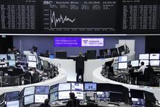 Operadores trabajando en la bolsa alemana en Fráncfort, oct 12, 2016. Las bolsas europeas caían por sexta sesión consecutiva el lunes, en momentos en que las acciones energéticas declinaban por un descenso en los precios del petróleo y los papeles de los bancos volvían a perder terreno. REUTERS/Staff/Remote