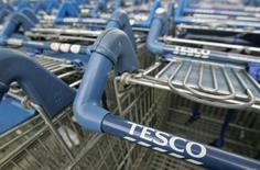 Quelque 125 investisseurs institutionnels réclament à la chaîne britannique de supermarchés Tesco plus de 100 millions de livres (111 millions d'euros) de dommages pour avoir surévalué son bénéfice opérationnel en 2014. /Photo d'archives/REUTERS/Toby Melville