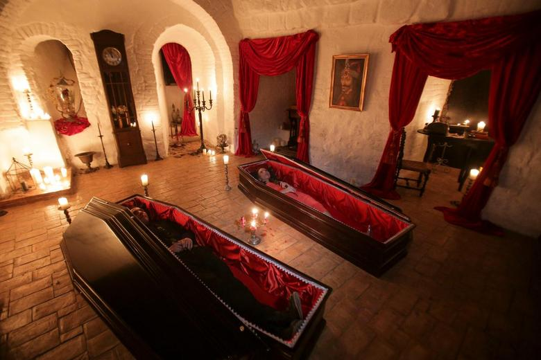 Dracula 39 S Castle Welcomes Guests With Coffins And No Silver Reuters