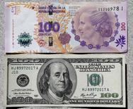 Imagen de un billete argentino de 100 pesos y un billete de 100 dólares estadounidense, tomada en Buenos Aires. 17 de septiembre de 2014. Los argentinos declararon hasta ahora 71.000 millones de pesos (unos 4.685 millones de dólares) en efectivo, informó el lunes el Gobierno, en la primera etapa de una amnistía fiscal con la que las autoridades buscan capitales frescos que permitan revertir la recesión que sufre la economía. REUTERS/Enrique Marcarian