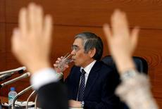 El Banco de Japón se abstuvo de ampliar su programa de estímulo el martes a pesar de que aplazó otra vez el momento en que espera alcanzar su objetivo de inflación de un 2 por ciento, lo que sugiere que mantendrá el curso a menos que una sacudida fuerte del mercado amenace con descarrilar la frágil recuperación. En la imagen, periodistas levantan la mano en el turno de preguntas de la rueda de prensa del gobernador del BOJ, Haruhiko Kuroda (al fondo), en Tokio el 1 de noviembre de 2016. REUTERS/Kim Kyung-Hoon