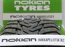 Шина Nokian в магазине в Москве 8 августа 2014 года. Финский производитель шин Nokian Tyres отчитался во вторник о некотором улучшении квартальной прибыли и сообщил, что ключевой для него российский рынок начинает показывать признаки стабилизации. REUTERS/Maxim Shemetov