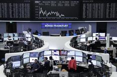 Las bolsas europeas subían el martes y se encaminaban a romper una racha de seis sesiones a la baja con el principal impulso de la petrolera Shell tras batir las expectativas del mercado con sus cuentas del tercer trimestre.  En la imagen, unos operadores en la bolsa de Fráncfort, el  21 de octubre de 2016. REUTERS/Staff/Remote