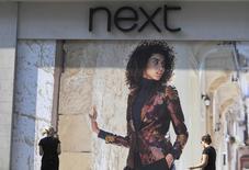 Магазин Next в Лондоне 15 сентября 2016 года. Британский ритейлер одежды Next в среду сохранил свой годовой прогноз прибыли благодаря экономии расходов, хотя и сообщил о падении квартальных продаж и сузил прогнозируемый диапазон продаж. REUTERS/Toby Melville