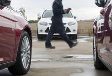 Las ventas de coches nuevos a particulares se resintieron en octubre tras expirar el octavo y último  plan de subvenciones publicas PIVE, aunque el tirón de las ventas a empresas y a compañías de alquiler de coches compensó la caída de las matriculaciones en el canal particular. En la imagen de archivo, coches nuevos en un concesionario de Ford en Burgos, el 2 de noviembre de 2011. REUTERS/Félix Ordóñez