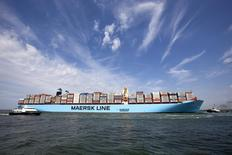A.P. Moller-Maersk, le numéro un mondial du transport de conteneurs, a fait un bénéfice en baisse de 44% au troisième trimestre, conséquence des surcapacités dans son secteur. Le groupe danois a publié un bénéfice net de 438 millions de dollars alors que les analystes interrogés par Reuters prévoyaient en moyenne 490 millions. /Photo d'archives/REUTERS/Michael Kooren