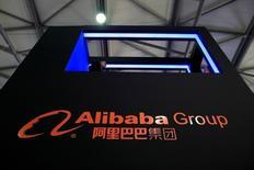 Логотип Alibaba Group на выставке потребительской электроники в Шанхае. Китайский гигант электронной торговли Alibaba Group Holding Ltd в среду отчитался о росте выручки на 55 процентов во втором квартале, что превосходит прогнозы аналитиков, за счёт продаж в подразделении электронной торговли и хорошего роста подразделения медиа и развлечений.       REUTERS/Aly Song/File Photo