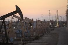 Balancines de extracción de crudo operando cerca de Long Beach, EEUU, jul 30, 2013. Los inventarios de petróleo en Estados Unidos subieron muy por encima de lo previsto la semana pasada debido a un recorte de la producción en las refinerías, mientras que las existencias de gasolina y de destilados bajaron, informó el miércoles la gubernamental Administración de Información de Energía (EIA).  REUTERS/David McNew