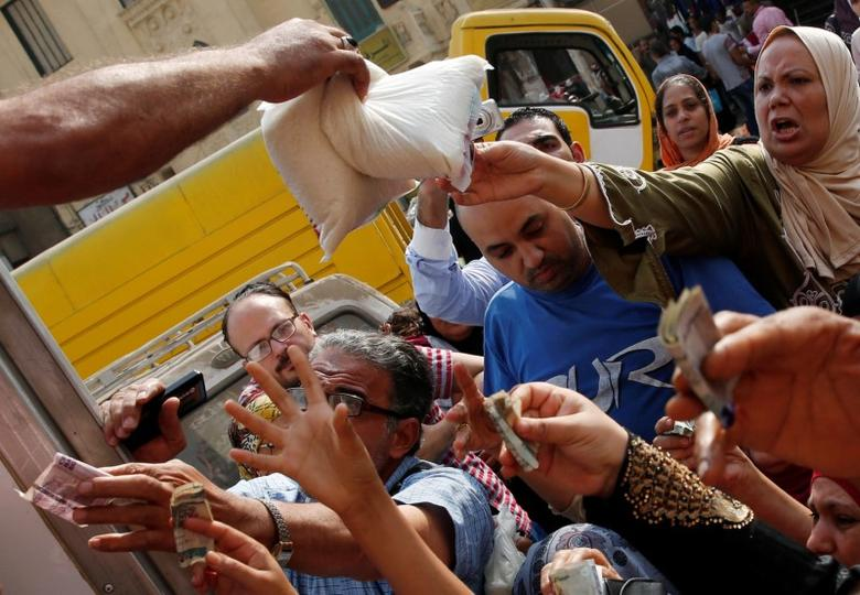 Locals gather to buy subsidized sugar from a government truck after a sugar shortage in retail stores across the country in Cairo, Egypt, October 14, 2016. REUTERS/Amr Abdallah Dalsh