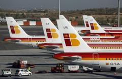 Aviones de Iberia en el terminal 4 del aeropuerto de Barajas en Madrid, oct 18, 2013. IAG, propietario de British Airways e Iberia, dijo que comenzará a ofrecer Wi-Fi en las flotas de corta distancia de sus aerolíneas, tras decisiones similares de compañías rivales ante la demanda cada vez mayor de los pasajeros de seguir conectados en vuelo.     REUTERS/Sergio Perez