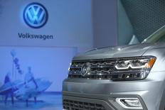 Le conseil de surveillance de Volkswagen tiendra vendredi, 4 novembre, une réunion extraordinaire pour débattre d'une importante restructuration du groupe. /Photo prise le 27 octobre 2016/REUTERS/Lucy Nicholson