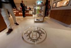 Hermès International a légèrement accéléré le pas au troisième trimestre, porté comme ses concurrents par une amélioration du marché chinois et par une progression en Europe qui a permis de compenser le recul de ses ventes en France. /Photo prise le 10 juin 2016/REUTERS/Eric Gaillard
