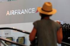 Air France-KLM a annoncé jeudi la création d'une nouvelle compagnie moyen et long courrier pour lutter contre ses concurrentes du Golfe et les transporteurs à bas coûts européens, tout en se défendant de se positionner sur un modèle low cost pour ne pas entamer ses recettes. /Photo d'archives/REUTERS/Philippe Laurenson