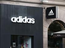 Логотип Adidas в Минске. Немецкий производитель спортивной одежды Adidas сообщил, что понесет единовременные затраты для реструктуризации бренда Reebok и инвестиций в будущий рост после отчета о небольшом ослаблении импульса продаж в третьем квартале.   REUTERS/Vasily Fedosenko
