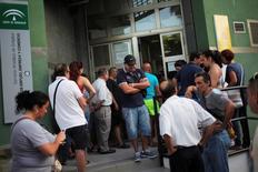 En la imagen de archivo, gente esperando en un centro de empleo en Málaga. La cifra de personas registradas como desempleadas en España subió en un 1,2 por ciento en octubre respecto al mes anterior, o en 44.685 personas, lo que dejó a 3,76 millones de personas sin trabajo, mostraron el jueves datos del Ministerio de Trabajo. REUTERS/Jon Nazca
