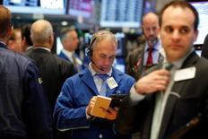 Трейдеры на торгах Нью-Йоркской фондовой биржи 25 октября 2016 года.  Фондовые рынки США мало меняются в четверг, при этом S&P 500 готовится прервать самую длинную череду потерь за пять лет, однако снижение акций Facebook сдерживает рост.  REUTERS/Brendan McDermid