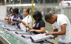 La foto de archivo muestra a trabajadores operando en una línea de ensamblaje de una compañía electrónica en Winnsboro, Carolina del Sur, EEUU. La productividad de los trabajadores en Estados Unidos subió a su ritmo más veloz en dos años en el tercer trimestre, lo que ayudó a una desaceleración de los costos laborales, aunque la tendencia general permaneció débil. REUTERS/Chris Keane/File Photo