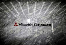 Mitsubishi Corp a relevé vendredi de 32% sa prévision de bénéfice annuel grâce à des réductions de coûts et à l'envolée des prix du charbon à coke, mais la maison de négoce japonaise a prévenu que les cours pourraient chuter lourdement d'ici la fin mars. /Photo d' archives/REUTERS/Issei Kato