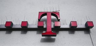 Deutsche Telekom está estudiando la posibilidad de vender su participación del 12 por ciento en BT Group, dijeron dos fuentes familiarizadas con la situación, lo que despejaría el camino para abandonar el mercado de telecomunicaciones británico tras el voto de Gran Bretaña a favor de abandonar la Unión Europea. Imagen del logo de Deutsche Telekom AG en Alemania el 1 de marzo de 2016.         REUTERS/Wolfgang Rattay
