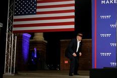 La bolsa española terminó con un recorte cercano al uno por ciento el viernes, en línea con las demás bolsas europeas al crecer la cautela de cara a las elecciones estadounidenses la semana que viene. En la imagen, el candidato republicano a la Casa Blanca, Donald Trump, se agacha en un acto de campaña en Pensacola, Florida, el 2 de noviembre de 2016. REUTERS/Carlo Allegri