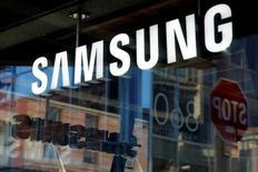 Samsung Electronics a annoncé vendredi le rappel d'environ 2,8 millions de machines à laver vendues aux Etats-Unis soupçonnées d'avoir provoqué plusieurs blessures. /Photo prise le 10 octobre 2016/REUTERS/Andrew Kelly