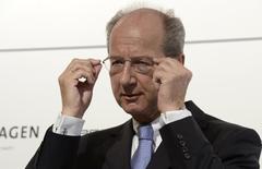 Hans Dieter Poetsch, presidente de la junta de supervisión de Volkswagen, ajusta sus lentes durante una conferencia de prensa en Wolfsburgo. Foto de archivo. REUTERS/Fabian Bimmer