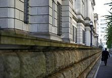 Un hombre camina frente al edificio del Banco de Japón en Tokio. 1 de noviembre de 2016. El Banco de Japón debería estar preparado para activar todas las medidas posibles de política monetaria en caso de que sea necesario para alcanzar su meta de inflación de un 2 por ciento, dijo un miembro de la junta de la entidad según mostraron las minutas de su reunión de septiembre. REUTERS/Kim Kyung-Hoon