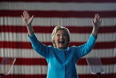 Hillary Clinton a entamé sa campagne présidentielle en promettant de tout mettre en oeuvre pour limiter le pouvoir de Wall Street. Pourtant, Wall Street paraît peu perturbée par la perspective d'une présidence Clinton, le secteur bancaire finançant très largement la campagne de l'ancienne secrétaire d'Etat. /Photo prise le 6 novembre 2016/REUTERS/Brian Snyder