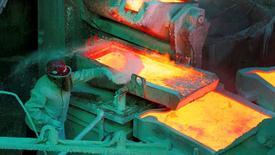 Imagen de archivo de un trabajador en la refinería de cobre de Codelco en Ventanas, Chile. 7 enero 2015. El valor de las exportaciones de cobre de Chile cayó un 6,3 por ciento interanual en octubre, en medio de la debilidad por la que atraviesan los precios internacionales del metal, según datos difundidos el lunes por el Banco Central. REUTERS/Rodrigo Garrido