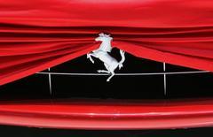 Ferrari a relevé lundi sa prévision de résultat annuel à la suite d'une hausse plus forte que prévu, de 10%, de son bénéfice brut au troisième trimestre. /Photo d'archives/REUTERS/Denis Balibouse