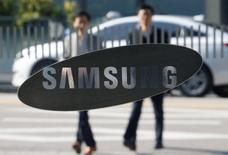 Fiscales de Corea del Sur registraron el martes las oficinas de Samsung Electronics como parte de la investigación de un escándalo político que involucra a la presidenta Park Geun-hye y a una amiga que presuntamente habría ejercido una influencia indebida en asuntos del Estado. En la imagen, empleados del gigante tecnológico surcoreano pasan junto a uno de los edificios de la compañía en Seúl. 8 de noviembre de 2016. REUTERS/Kim Hong-Ji