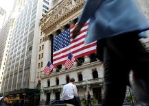 La Bourse de New York a timidement confirmé son rebond mardi, jour d'élection présidentielle aux Etats-Unis, les investisseurs restant prudemment optimistes quant aux chances de victoire d'Hillary Clinton. L'indice Dow Jones a pris 72,83 points, soit 0,40%, à 18.332,43. /Photo d'archives/REUTERS/Brendan McDermid