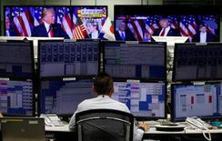 La victoria de Donald Trump en las elecciones presidenciales de Estados Unidos ponía en duda el miércoles la expectativa en los mercados financieros globales de que la Reserva Federal suba pronto los tipos de interés y siga con nuevas alzas graduales en los próximos años. En la imagen, un empleado de una casa de divisas observa monitores que muestran a Trump hablando en televisión en Tokio, Japón, 9 de noviembre de 2016. REUTERS/Toru Hanai