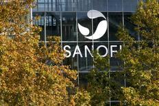 Sanofi gagne 3,03% à 75,1 euros, plus forte hausse du CAC 40, les valeurs de la santé enregistrant la plus forte des quelques progressions sectorielles en Europe. /Photos d'archives/REUTERS/Robert Pratta