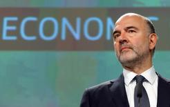 En la imagen, el comisario europeo de Asuntos Económicos, Pierre Moscovici, en la rueda de prensa en la que presentó las nuevas proyecciones en Bruselas el 9 de noviembre. El crecimiento de la eurozona se ralentizará el año que viene ya que su principal motor, la demanda interna, perderá fuerza como resultado de un probable incremento en los precios de energía, mientras que la inflación podría repuntar, dijo el miércoles la Comisión Europea.REUTERS/Yves Herman