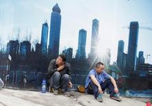 En la imagen de archivo, empleados descansando en un sitio de obras en Pekín. El crecimiento económico parece estar ganando impulso en China e India, así como en otras economías emergentes como Brasil y Rusia, según un indicador mensual publicado por la Organización para la Cooperación y el Desarrollo Económico (OCDE). REUTERS/Jason Lee/Files