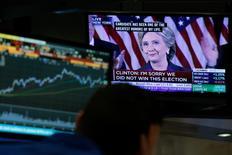 La réaction des marchés financiers à la victoire du candidat républicain Donald Trump à l'élection présidentielle américaine, clairement négative initialement, s'est retournée au fil des heures mercredi, les investisseurs semblant soulagés de la désignation d'un locataire pour la Maison blanche et se prenant à espérer qu'il saura faire preuve de pragmatisme. /Photo prise le 9   novembre 9, 2016/REUTERS/Brendan McDermid