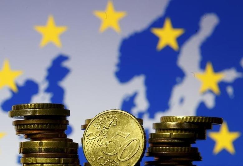 2015年5月28日,欧盟地图和旗帜背景前的欧元硬币。REUTERS/Dado Ruvic