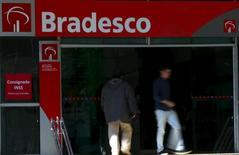 Agencia de Bradesco en el centro de Sao Paulo.18/06/2015. Banco Bradesco anunció el jueves que superó las estimaciones de ganancias del tercer trimestre, en una señal de que su adquisición de la unidad local de HSBC Holdings Plc está ayudando a crecer al tercer prestamista más grande de Brasil, a pesar de las provisiones por créditos incobrables.       REUTERS/Paulo Whitaker