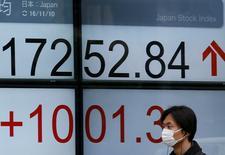 En la imagen, un hombre pasa frente a un panel electrónico de una casa de bolsa en Tokio, Japón. 10 de noviembre de 2016.El índice Nikkei de la bolsa de Tokio saltó el jueves y registró su mayor alza en nueve meses en un cambio tan dramático como su desplome del día anterior, después de que los inversores revisaran las implicaciones de la victoria del republicano Donald Trump en las elecciones presidenciales estadounidenses. REUTERS/Toru Hanai
