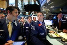 Operadores trabajando en la bolsa de Wall Street en Nueva York, nov 8, 2016. La Bolsa de Nueva York subió el miércoles con fuerza tras sufrir un desplome en la madrugada, debido a que los inversores digirieron el inesperado triunfo del republicano Donald Trump en la elección presidencial en Estados Unidos.   REUTERS/Brendan McDermid