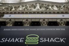 Shake shack a publié mercredi un bénéfice trimestriel multiplié par plus de deux et relevé son objectif de chiffre d'affaires 2016. L'action prenait plus de 9% en après-Bourse. Le titre grimpe de 8,4% à 36,05 dollars en avant-Bourse.  /Photo d'archives/REUTERS/Brendan McDermid