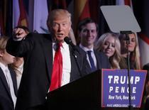 Desde las empresas de construcción en España a los operadores del mercado de cobre en el distrito financiero de Londres, la victoria de Donald Trump en las elecciones presidenciales de Estados Unidos se está sintiendo en todo el mundo mientras los inversores apuestan por un aumento duradero de la inflación mundial. En la imagen, el presidente electo estadounidense Donald Trump habla con sus seguidores en Manhattan, Nueva York, 9 de noviembre de 2016. REUTERS/Andrew Kelly