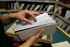 """L'opérateur postal néerlandais PostNL a rejeté l'offre améliorée de son concurrent belge bpost qui, a ses yeux, """"ne représente pas une valeur suffisamment convaincante"""", et réaffirmé sa volonté de rester indépendant. /Photo d'archives/REUTERS/Fabrizio Bensch"""