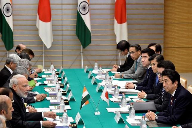 11月11日、日本とインド両政府は、日本企業からインドへの原子力発電所関連機材の輸出を可能にする原子力協定に署名した。首相官邸で行われた首脳会談の様子(2016年 ロイター/Franck Robichon/Pool)
