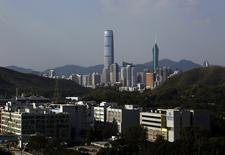 La croissance économique a ralenti à Hong Kong au troisième trimestre par rapport au précédent en raison de la faiblesse des exportations, du manque de dynamisme des ventes au détail et de la baisse du nombre de touristes. /Photo d'archives/REUTERS/Bobby Yip