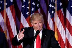 En la imagen, Trump hace un gesto en el transcurso de la noche electoral en Manhattan, Nueva York, el 9 de noviembre de 2016. Canadá podría recurrir a un acuerdo de libre comercio que excluya a México si el presidente electo de Estados Unidos, Donald Trump, se empeña en políticas proteccionistas radicales, dijeron funcionarios, que creen que el temor a un enorme castigo económico está sobredimensionado. REUTERS/Mike Segar