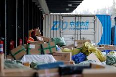 Las ventas por el Día de los Solteros de Alibaba Group Holding Ltd superaban el total de 91.200 millones de yuanes (13.360 millones de dólares) del año pasado cuando aún quedaban casi nueve horas de ofertas. En la imagen, un operador en un centor logístico de Alibaba, el 11 de noviembre de 2016. REUTERS/Jason Lee