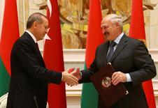 Президент Белоруссии Александр Лукашенко и его турецкий коллега Тайип Эрдоган на переговорах в Минске 11 ноября 2016 года. Лукашенко предложил Турции открыть банк на территории своей страны для упрощения расчетов во внешней торговле. REUTERS/Vasily Fedosenko