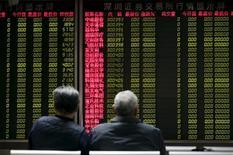 Инвесторы в брокерской конторе в Пекине. 8 января 2016 года. Фондовый индекс Шанхая достиг 10-месячного максимума в понедельник на фоне новых признаков стабилизации экономики Китая, но прогноз дальнейшего роста выглядит неопределённым. REUTERS/Jason Lee